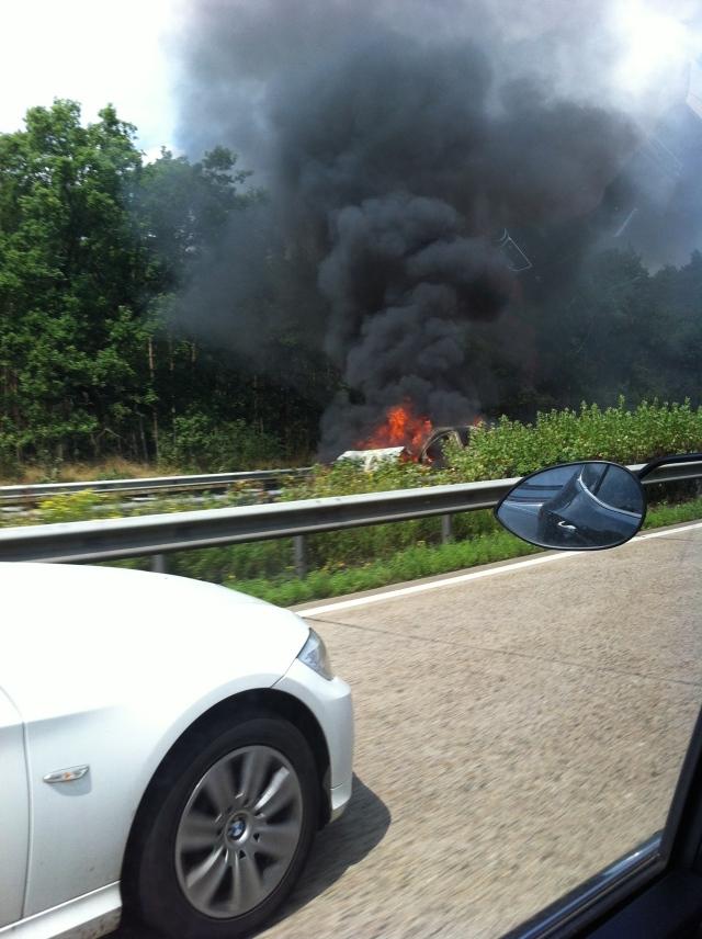 Bilbrand på autobahn.